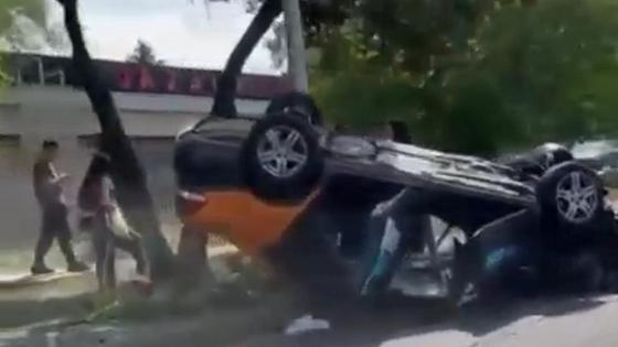 автомобиль опрокинулся на крышу