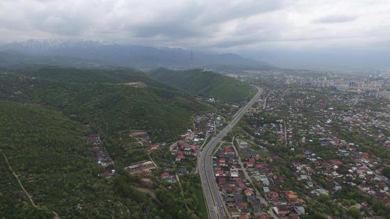 Вид сверху на дороги города Алматы