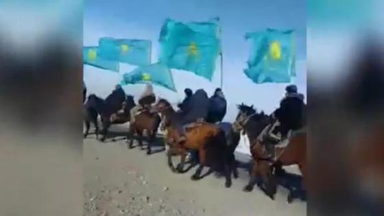 Всадники с флагами в Алматинской области