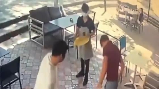 Посетитель кафе ударил официанта по лицу