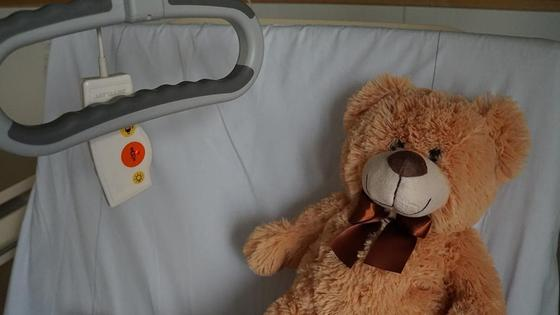плюшевый мишка на больничной койке
