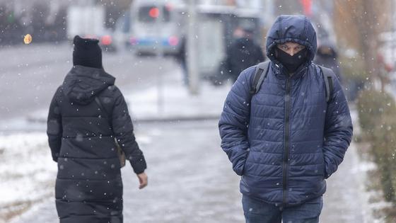 Люди идут по дороге зимой