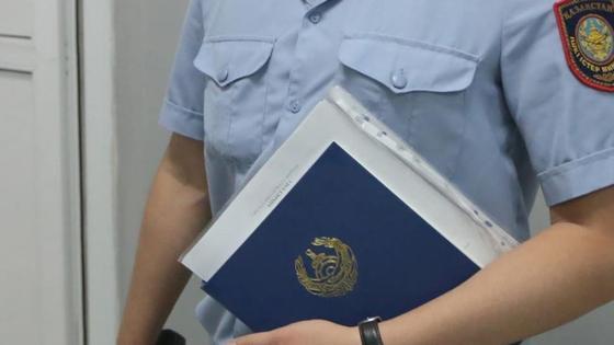 Полицейский держит бумаги в руках