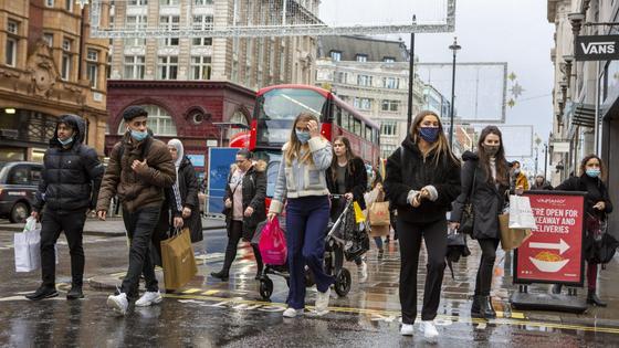 Люди в масках переходят дорогу