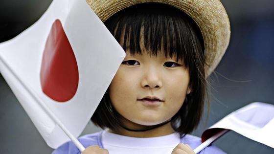 девочка-японка с флагом Японии