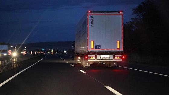 Фура на дороге ночью