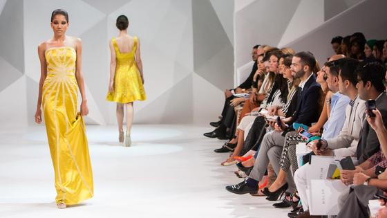 Модели в желтых платьях