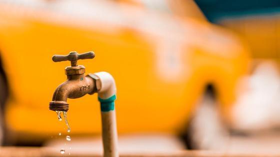 Вода течет из водопроводного крана