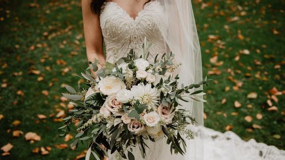 Невеста стоит в свадебном платье