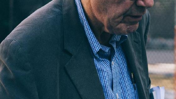 Пожилой мужчина идет по улице
