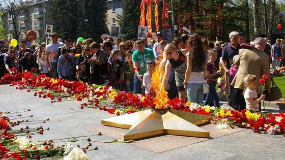 Возложение цветов у Вечного огня