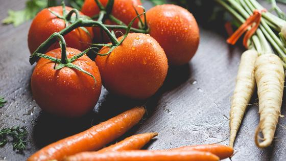 Помидоры, морковь на столе