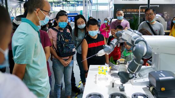 Робот, тестирующий людей на COVID-19