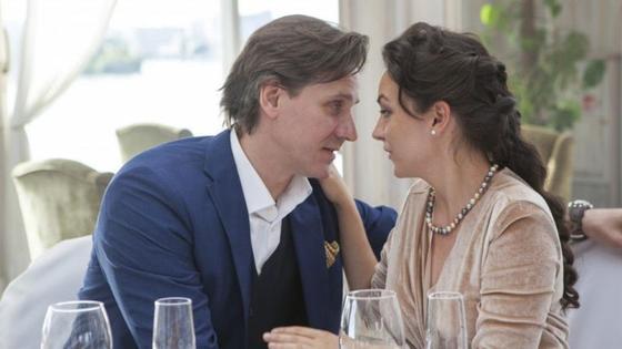 мужчина и женщина в ресторане обнимаются