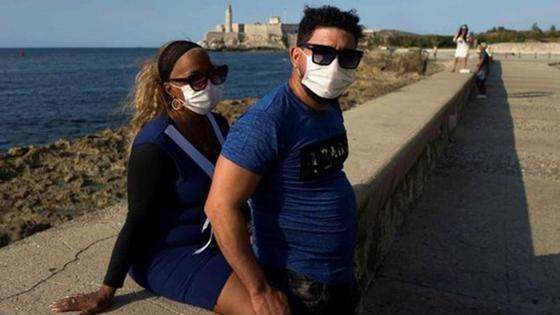 Мужчина и женщина на берегу в масках