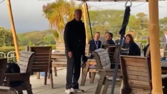 Джо Байден на веранде ресторана