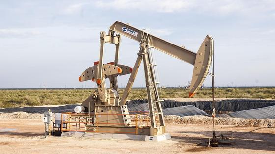 Нефтяная вышка стоит в поле