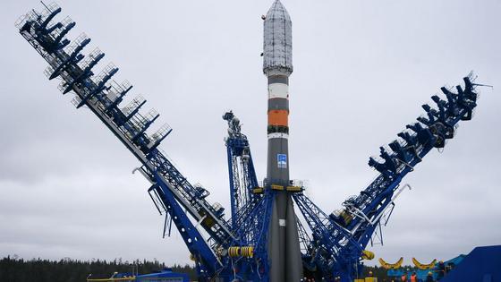 Установка ракеты-носителя на космодроме Байконур