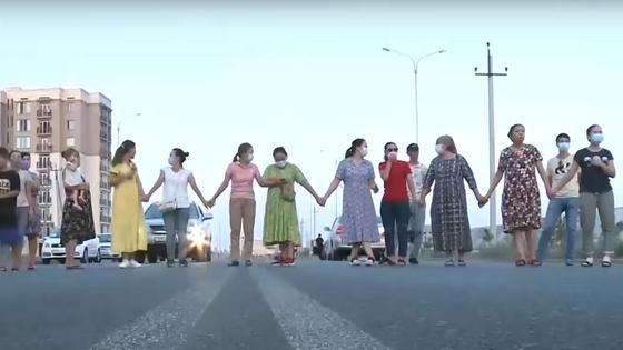 Люди перекрыли дорогу
