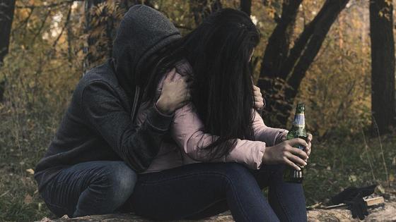 Пара распивает алкоголь