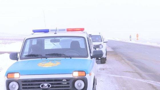 Служебный автомобиль стоит на заснеженной трассе