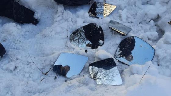Автозеркала лежат на снегу