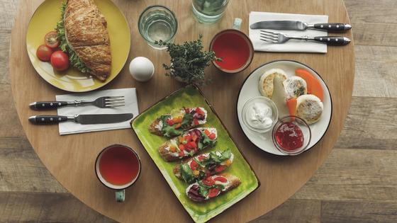 Тарелки с едой и приборы на столе