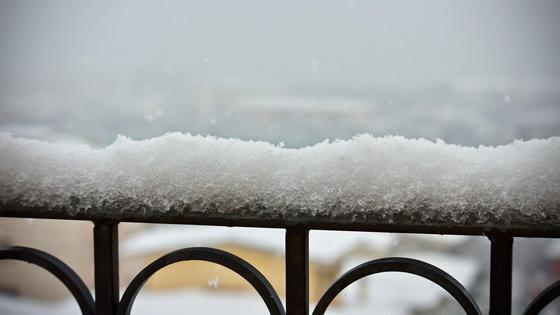 Снег лежит на балконе