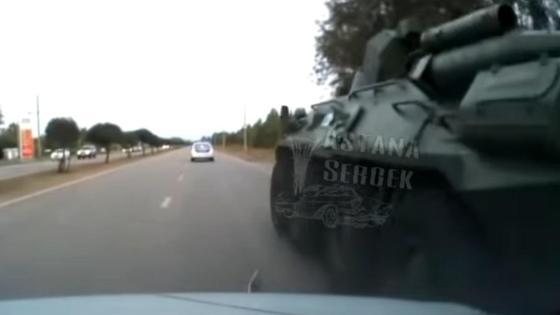 БТР врезается в легковой автомобиль