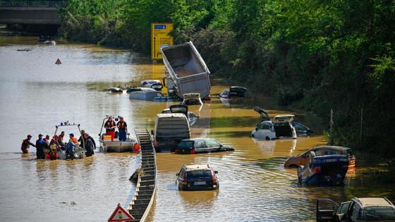 Несколько машин оказались под водой в результате наводнений