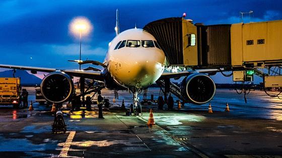 Самолет стоит в аэропорту