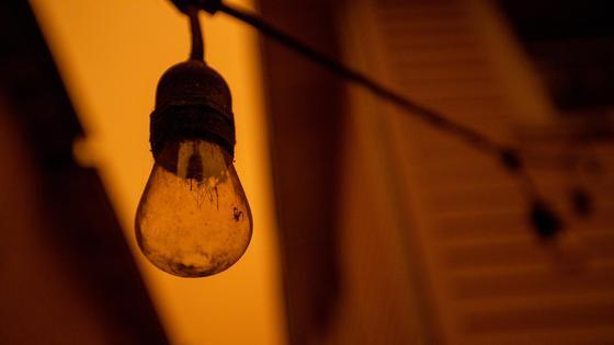 Погасшая лампочка висит в темноте