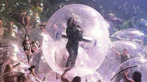 Солист The Flaming Lips Уэйн Койн в пузыре