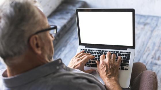Пожилой человек получает пенсионные услуги онлайн