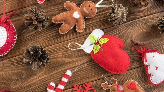 Шишки, игрушки на деревянном столе