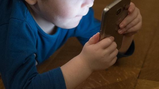 Ребенок с телефоном в руках