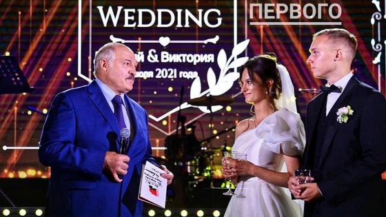 Александр Лукашенко с внучкой Викторией и ее женихом