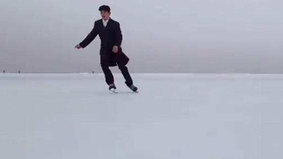 Мужчина катается на коньках