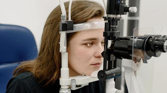 Девушка проверяет зрение на аппарате