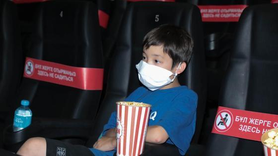 Ребенок в кинотеатре