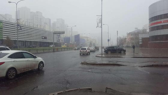 Улица города Нур-Султан в дождливую погоду
