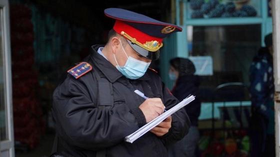 Полицейский оформляет протокол