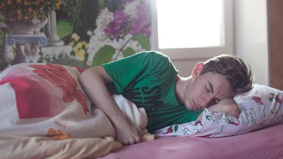 Спящий мужчина в постели