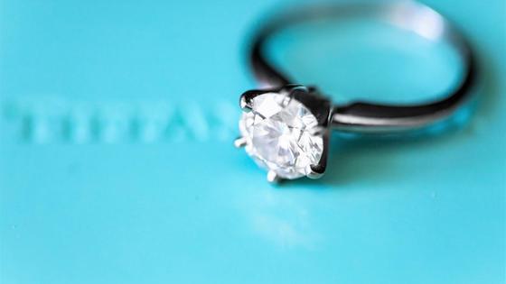 кольцо на фоне цвета тиффани