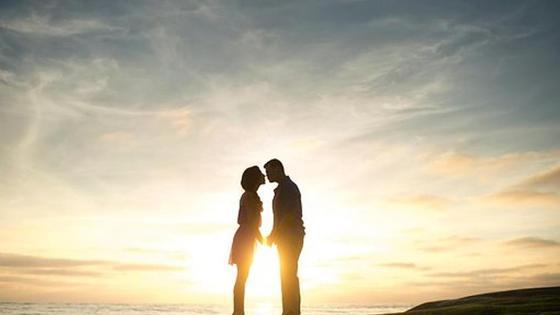 влюбленная пара на фоне заката