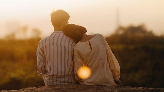 Влюбленная пара на закате