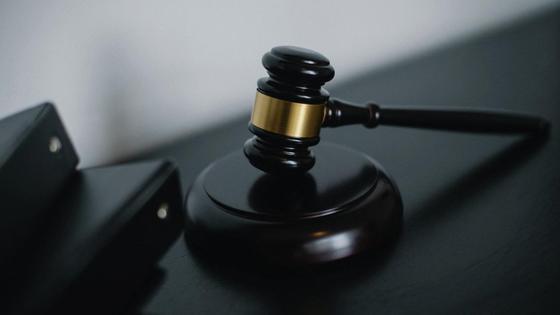 Судейский молоток лежит на столе