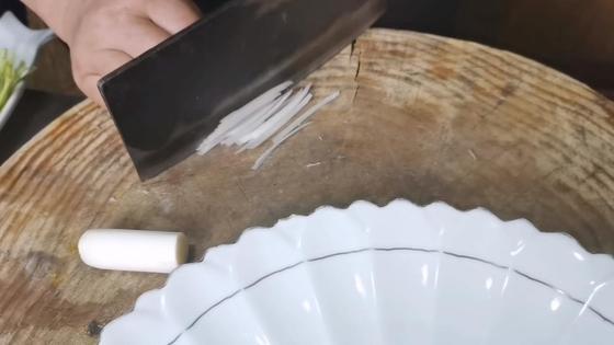 Лук и другие овощи нарезают соломкой