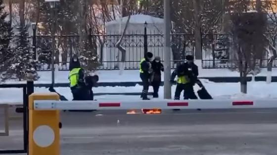 """Полицейские задерживают """"разжигателей"""" костра на проезжей части"""