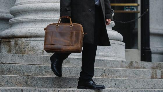 Портфель в руках у служащего
